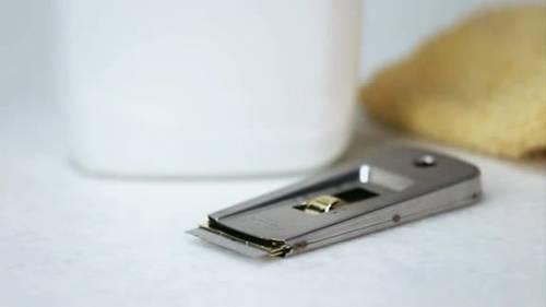 Chọn vật cứng phù hợp để tiến hành vệ sinh mặt bếp