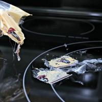 Làm sạch vết nhựa nóng chảy trên bề mặt bếp từ