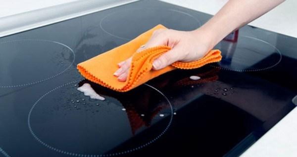 Những lưu ý khi vệ sinh mặt kính bếp từ