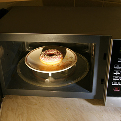 Nướng bánh bằng lò vi sóng có được không